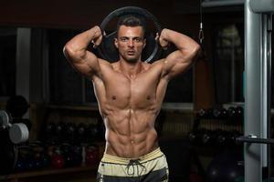 Trizeps Training mit Gewicht foto