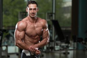 muskulöse Männer, die Muskeln spielen lassen