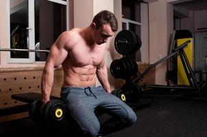 Konzentrierter Bodybuilder zum Heben bereit