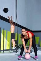 Gym Gettlebell Frau und Wall Ball Mann