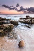 agua y rocas en trafalgar foto
