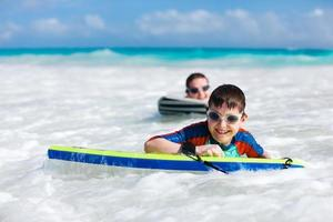 Mutter und Sohn surfen foto