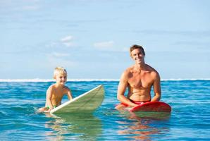 Vater und Sohn gehen surfen foto