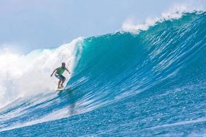 eine Welle surfen. foto