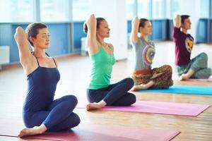 Fitness im Fitnessstudio foto