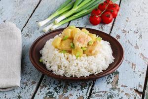 Hähnchenfilet mit Ananas und Reis foto