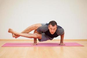 Mann, der etwas Yoga praktiziert foto