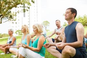 Menschengruppe, die Yoga praktiziert foto