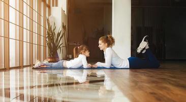 Mutter und Tochter haben Spaß im Fitnessstudio foto