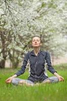 Yoga. junge Frau, die Yogaübung im Freien macht