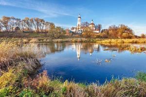 Landschaft mit Fluss und Kirche foto