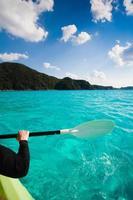 Kajak fahren auf klarem blauem Wasser