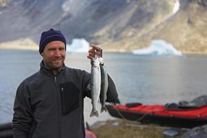 Fischer, der Saiblingfang hält foto