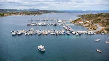 Panoramablick aus der Luft eines Yachthafens mit Booten in Chalkidiki