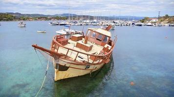 Luftaufnahme eines Holzboots im Meer