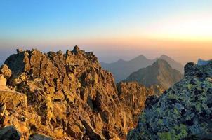 Sommerlandschaft. Sonnenaufgang in den Bergen.