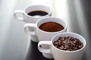 Kaffeetassen in einer Reihe foto