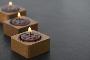 drei kleine Kerzen hintereinander