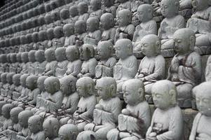 kleine Buddhas in einer Reihe foto