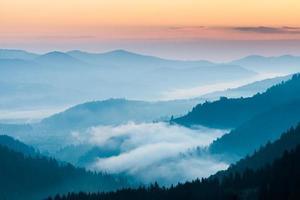 Nebel und Wolkengebirgstal Landschaft foto