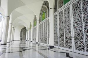 Reihe geschlossener Tür in der Moschee foto
