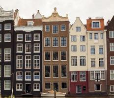 Reihe typischer Häuser in Amsterdam entlang des Kanals