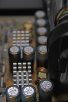 Nahaufnahme von Kondensatoren auf einer Leiterplatte, Computer-Motherboard foto
