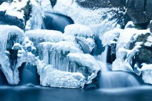 Wasserfall im Winter foto