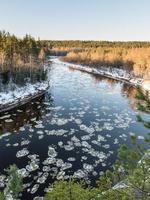 gefrorener Fluss im Winter foto