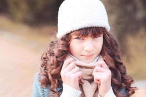 stilvolles Mädchen im Winter im Freien foto