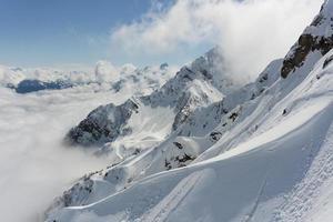 Winterberge und bewölkter Himmel