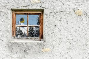 Winterlandschaft mit Gebirgsbahn im Holzfenster foto