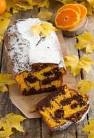 frisch gebackenes hausgemachtes Bananenbrot mit Kürbis und Pekannuss. foto