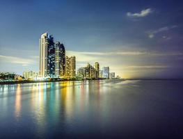 Skyline der sonnigen Inseln von Miami bei Nacht mit Reflexionen foto