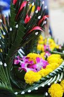 Kratong aus Bananenblättern und Blüten. foto