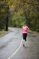 Training für einen Marathon bei nassem Wetter foto