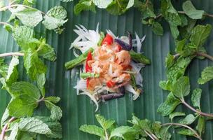 Papayasalat auf Bananenblatt, asiatisches Essen foto
