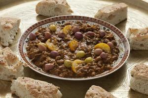 Gericht mit traditioneller marokkanischer Douara foto