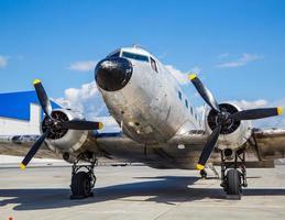 altes Flugzeug Douglas 40s am Flughafen