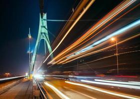 die Lichtspuren auf der Moskauer Brücke in Kiew bei Nacht foto