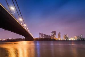 Sonnenuntergang über Brücke und Fluss in der Stadt. Kiev, Ukraine foto
