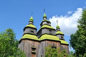 Holzkirche mit grünen Kuppeln in der Ukraine