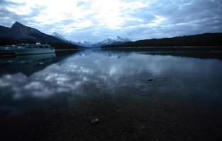 felsige Berge am malerischen See in Alberta