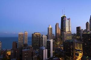Stadtlichter in der Abenddämmerung foto