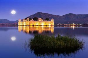 der Palast Jal Mahal in der Nacht foto