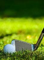 Nahaufnahme des Golfschlägers, der Kontakt mit Golfball herstellt foto