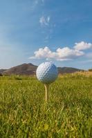 Golfball auf Abschlag foto