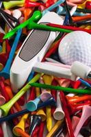 verschiedene hölzerne Golf Tees und andere Ausrüstungen foto