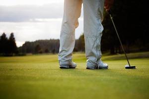 Golfspieler setzen foto