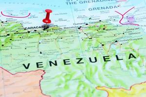 Caracas auf einer Karte von Amerika gepinnt foto